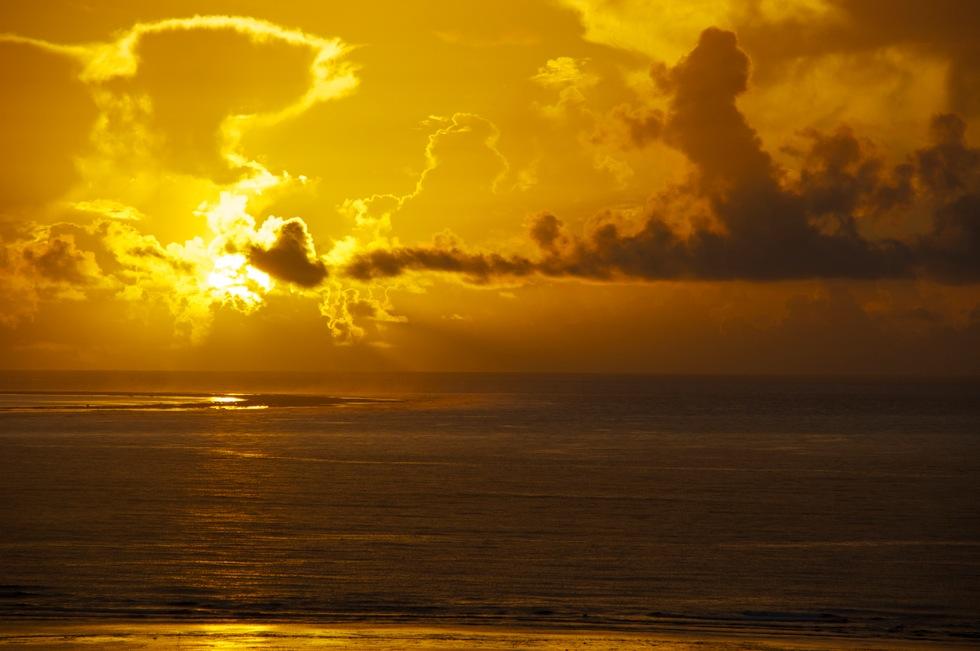 マエサトビーチの朝日