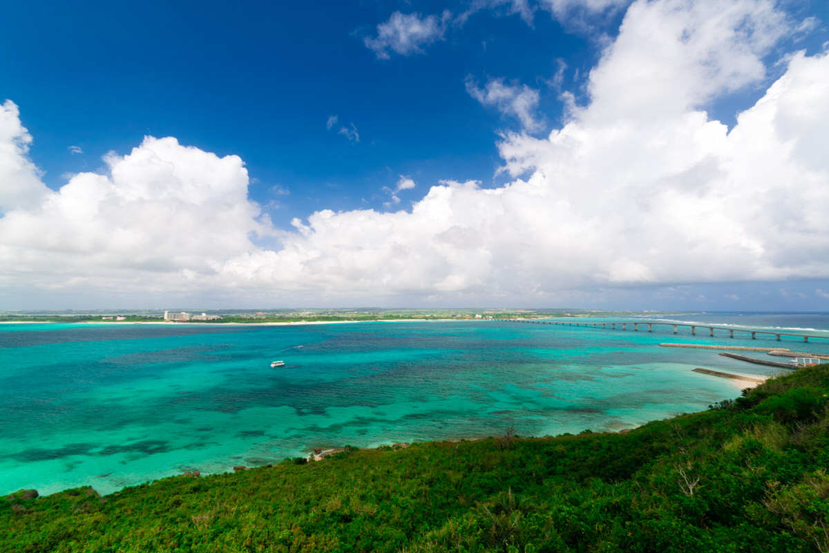 来間島 竜宮城展望台から対岸の与那覇前浜ビーチと来間大橋を一望