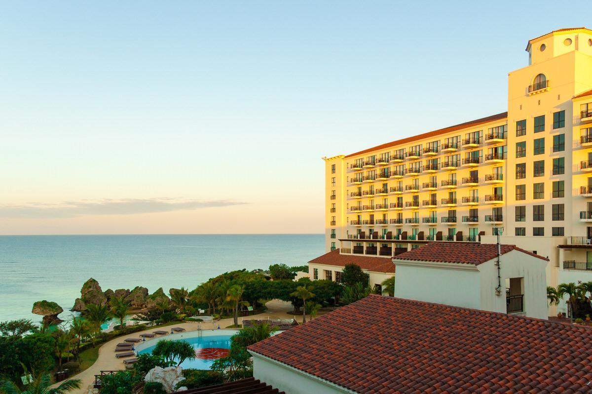 ホテル日航アリビラは異国情緒あふれる建物とロケーションが抜群の優雅なリゾートホテル。
