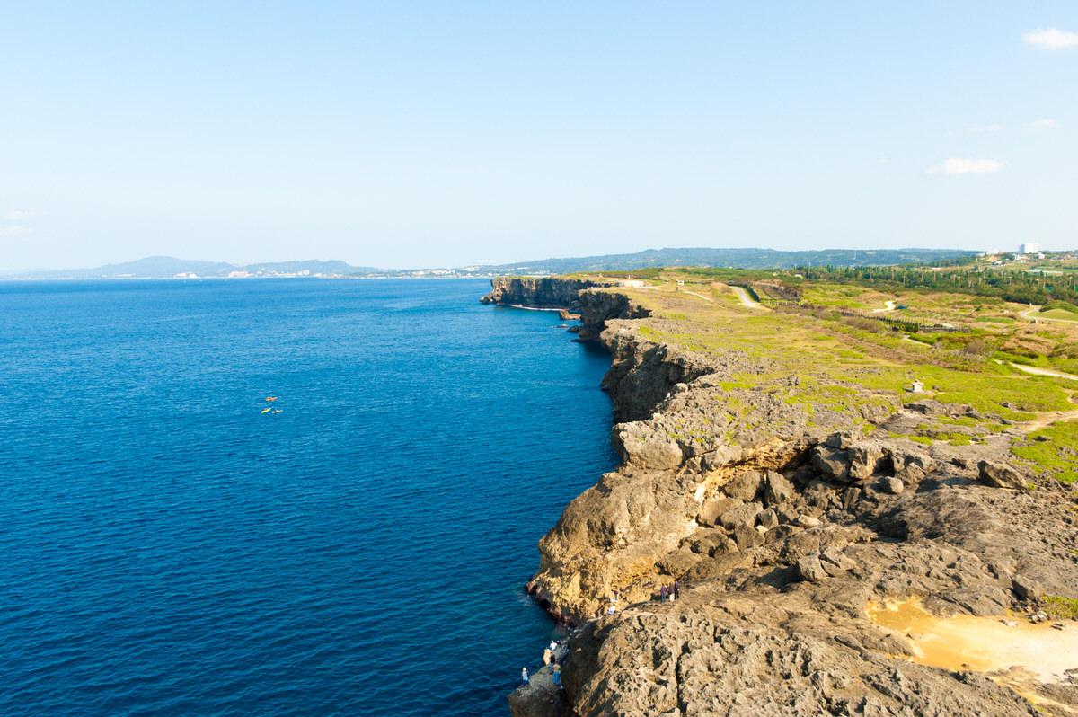 残波岬の断崖が続く