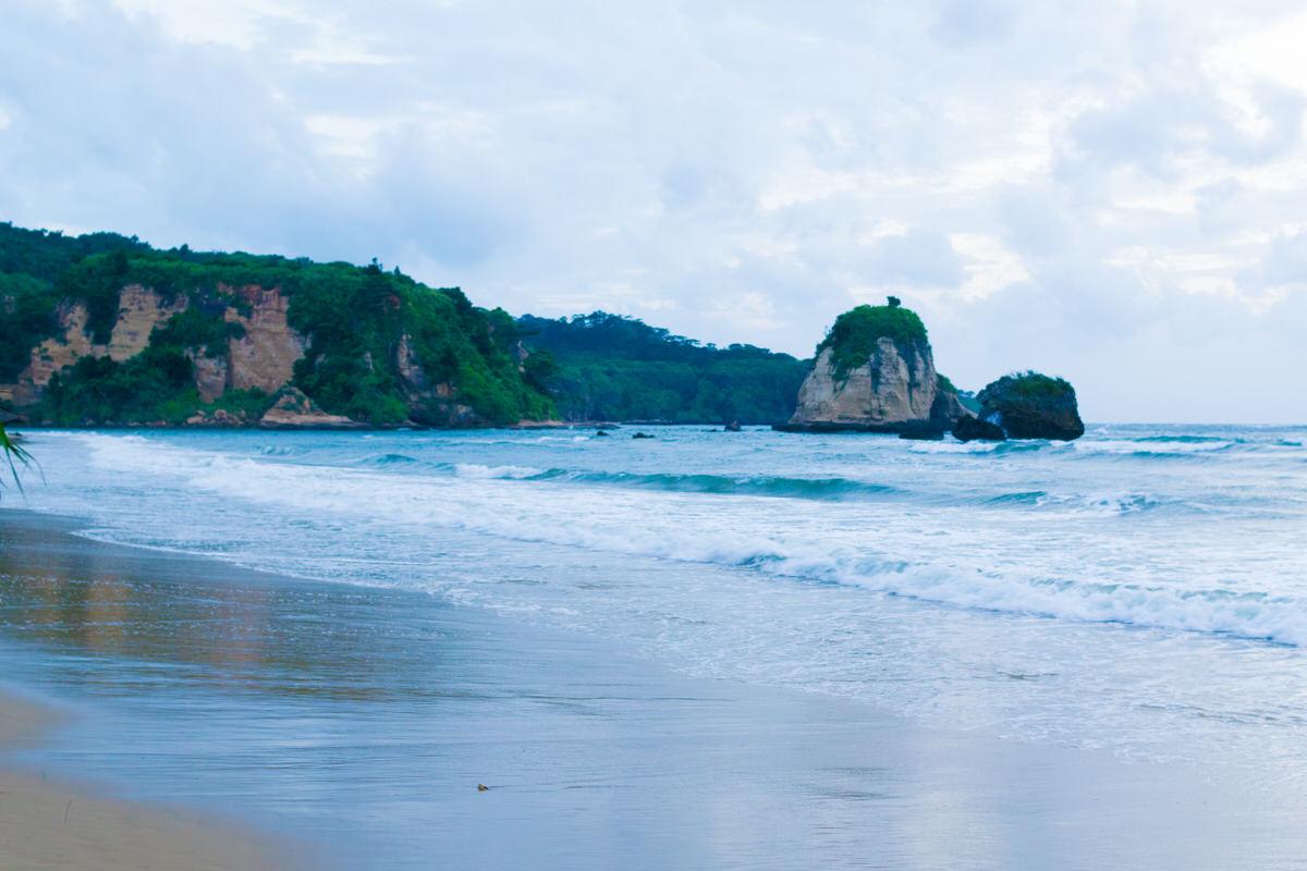 トゥドゥマリの浜(月ヶ浜)は夕暮れ時がおすすめの曲線のビーチ。