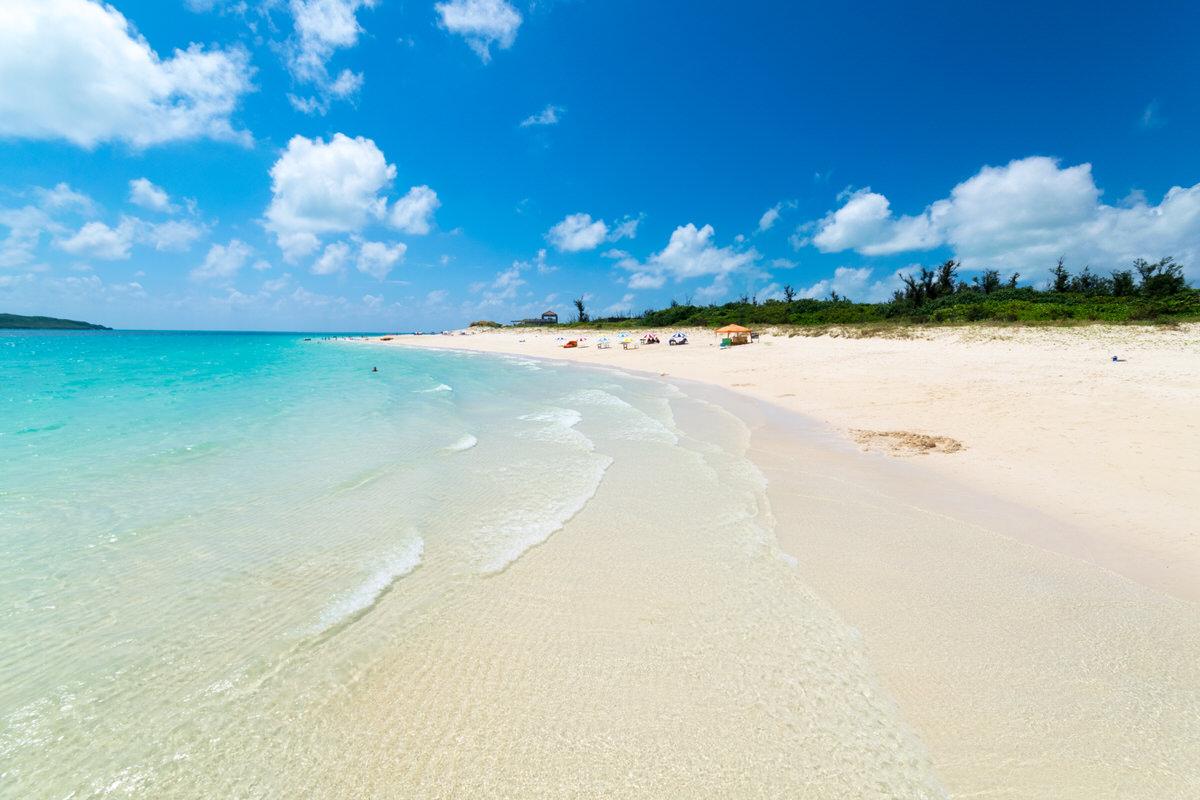 東洋一の白い砂浜、与那覇前浜ビーチは透明度が抜群の美しいビーチ。
