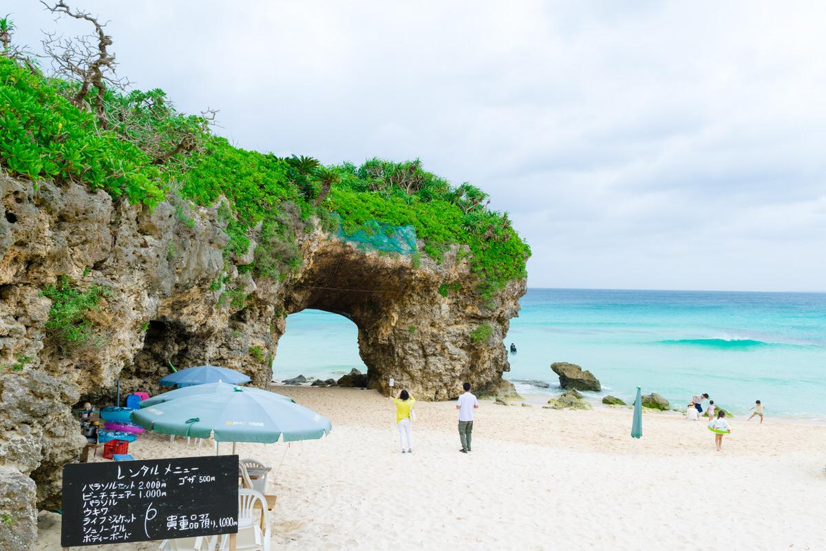 砂山ビーチはアーチ状の岩が有名な宮古島を代表する人気のビーチ。