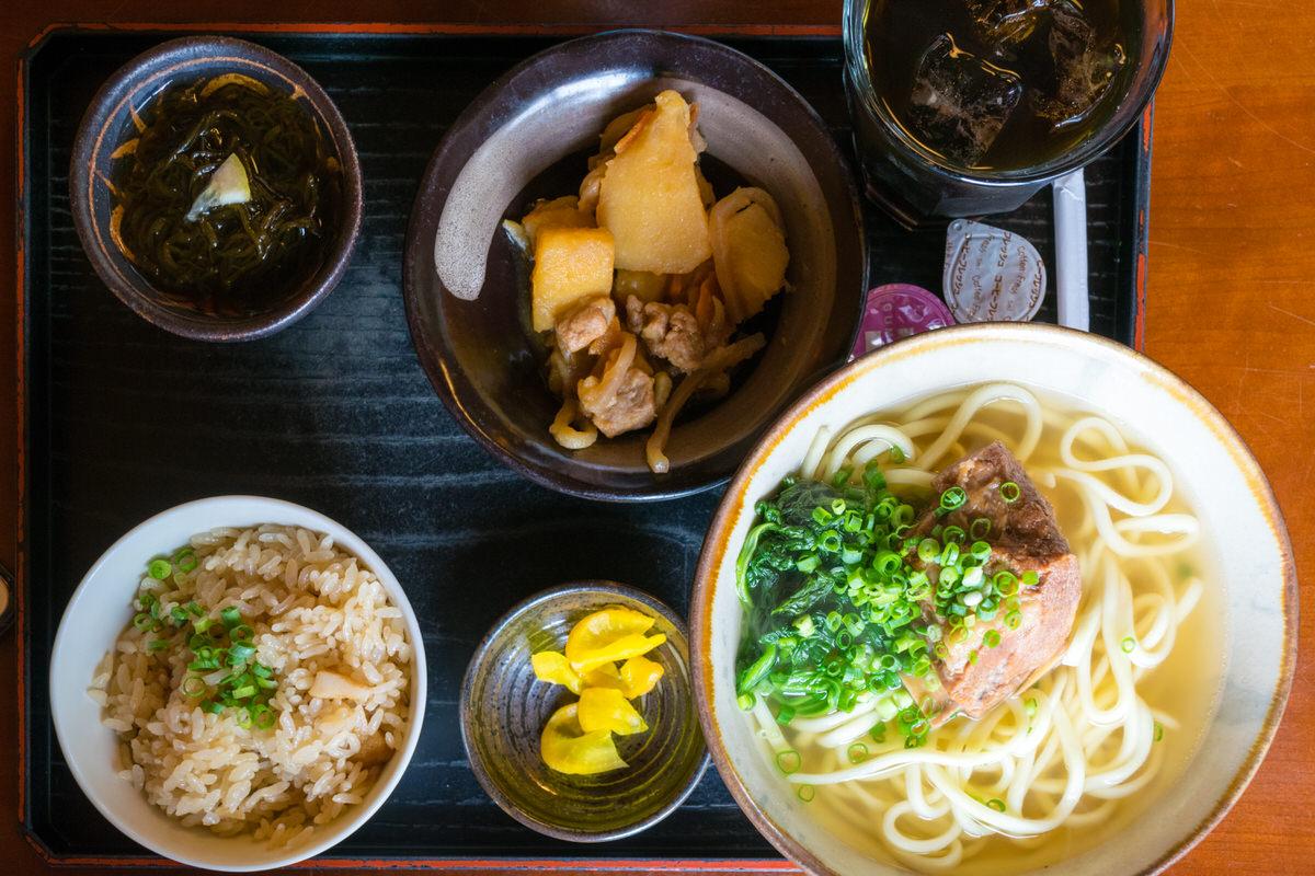 「古謝そば屋」歴史ある製麺所が営む宮古そばの人気店。