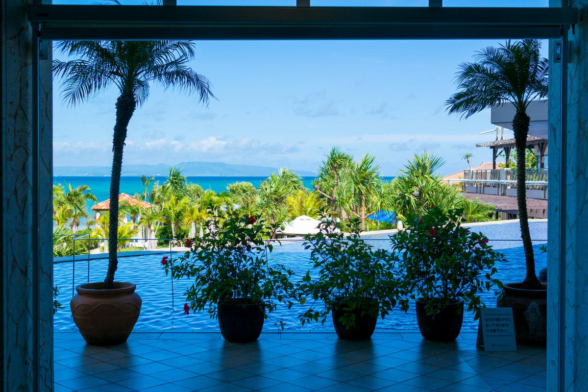 石垣リゾートグランヴィリオホテル ロビーから海を見る