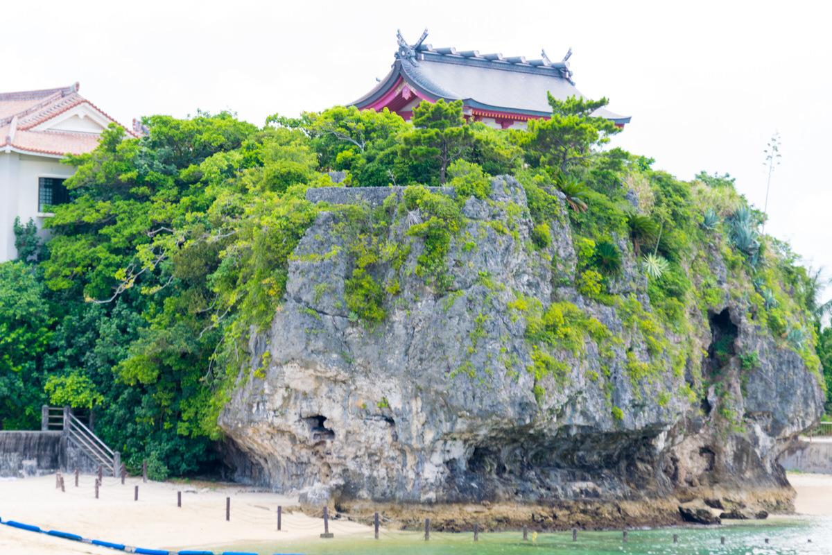 沖縄のパワースポット「波上宮」海に突き出た巨石の上の祈りの聖地