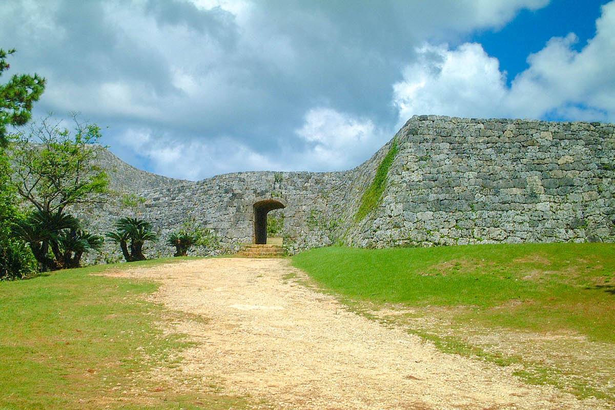 世界遺産 座喜味城跡は天空の庭のような世界が広がる