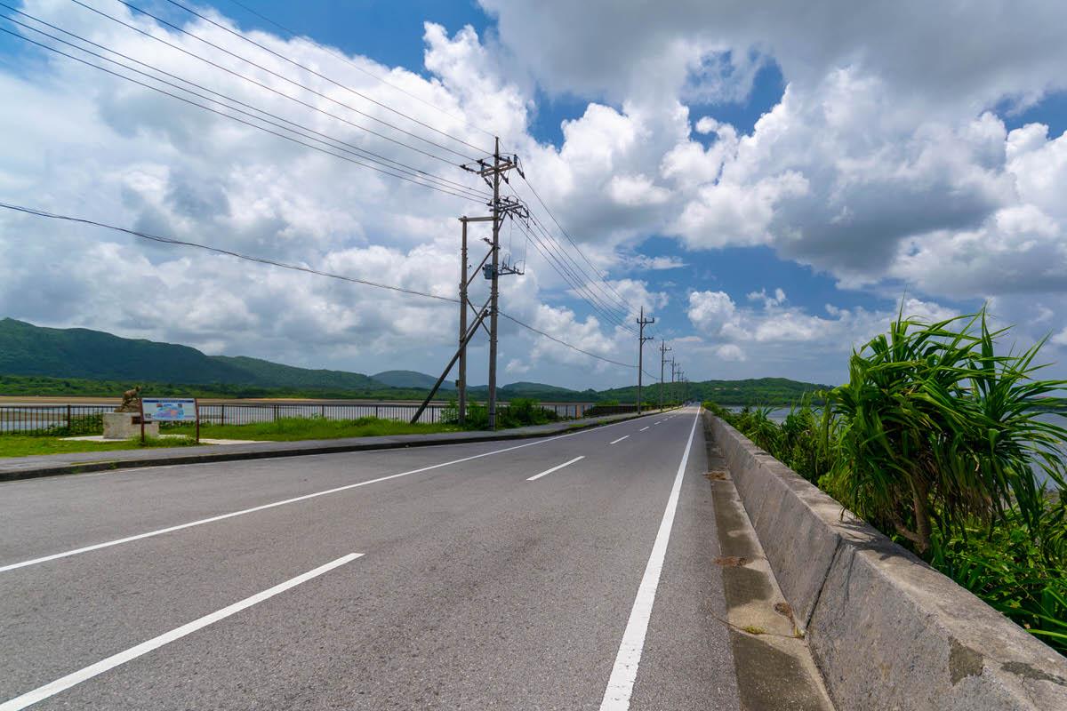 ピナイサーラの滝の滝を望む「船浦海中道路」へ。